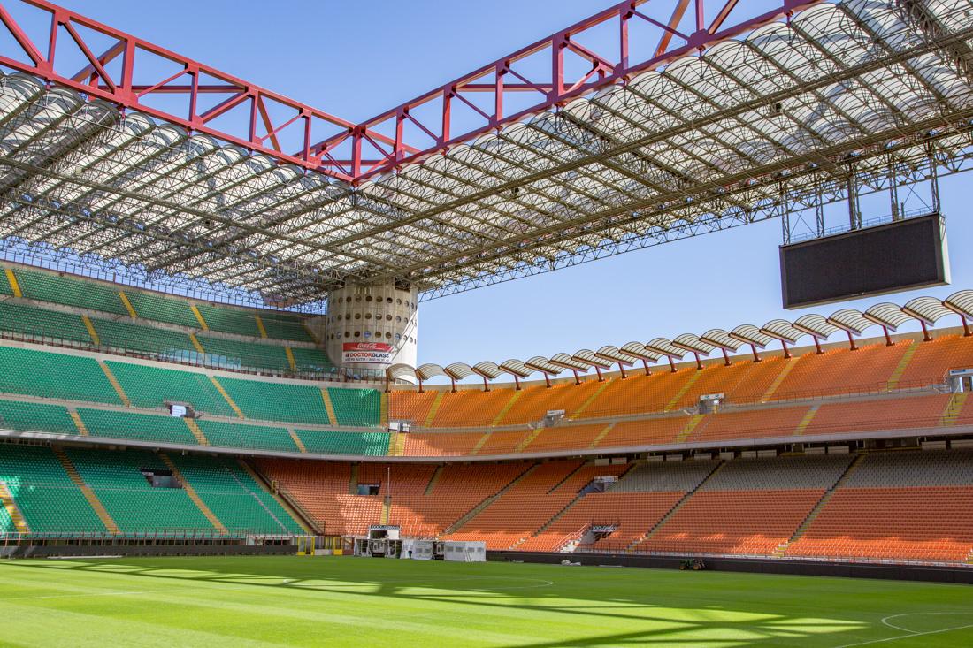 San Siro voetbalveld en tribunes